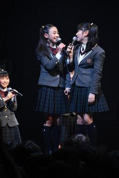 日高麻鈴(右)の身長の高さを抜いたことを喜ぶ八木美樹(中央)。