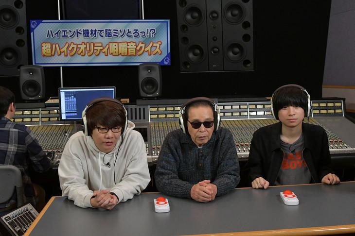 咀嚼音を聴く出演者たち。 (c)テレビ朝日