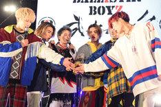 メジャーデビューを発表し、ファンの前で円陣を初披露するBALLISTIK BOYZ。