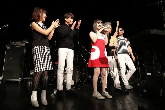 左から白井真梨子(Cho)、サリー久保田(B)、それいゆ(Vo, Glocken)、中森泰弘(G)、白根賢一(Dr / GREAT3)。(写真提供:ビクターエンタテインメント)