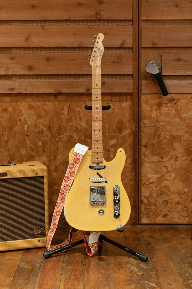 FENDER CUSTOM SHOP 1951 Nocaster with B-Bender Custom。ストラップはこだわりのフクロウ柄。