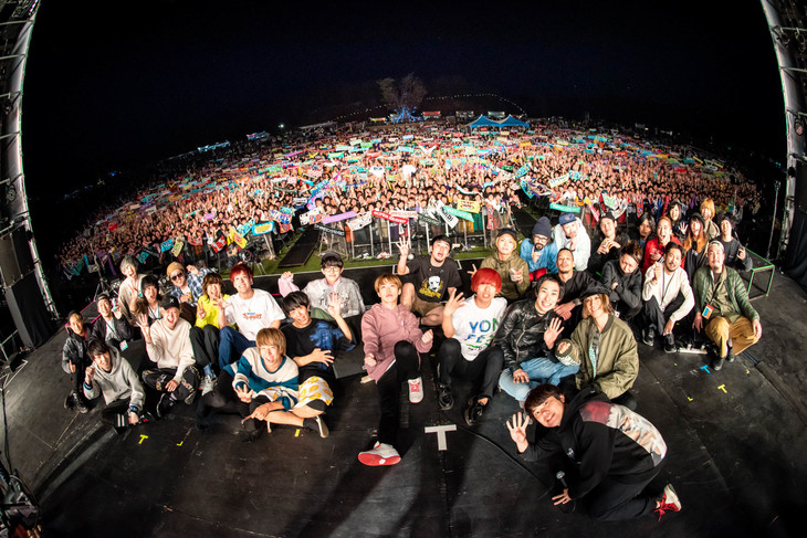 「YON FES 2019」2日目の出演者の集合写真。(撮影:ヤオタケシ)