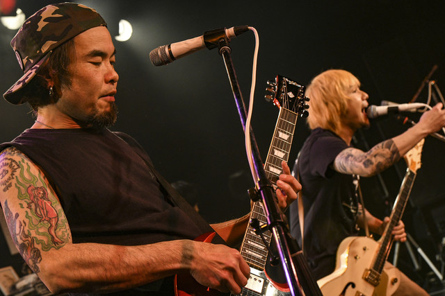 左からHidenori Minami(G / Ken Yokoyama)、横山健(Vo, G / Ken Yokoyama)。(Photo by Teppei Kishida)