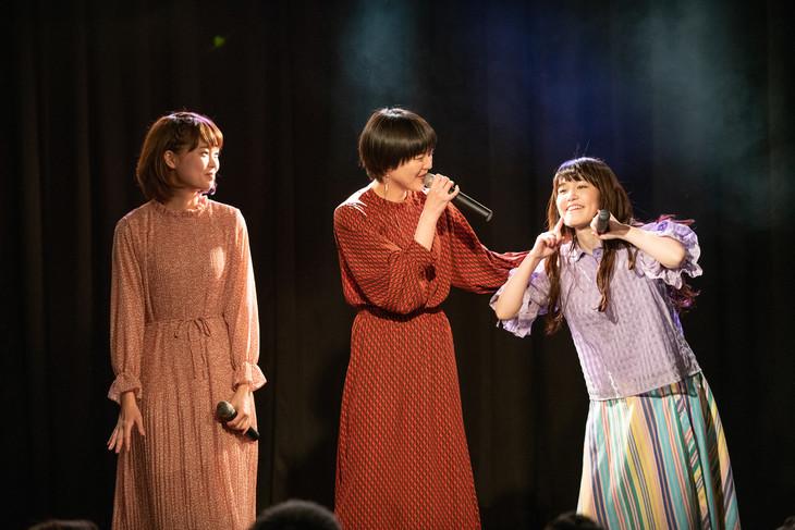 リーダーNao☆(右)の祝福に駆け付けたKaede(左)とMegu(中央)。