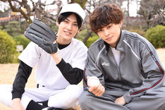 高校球児に扮したユースケ(左)と、野球部コーチに扮したタクヤ(右)。