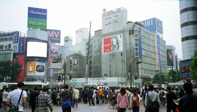98年当時の渋谷スクランブル。現在TSUTAYAが入っているビル「QFRONT」はまだ建設中だった。(photo by Geoffrey Silverton)