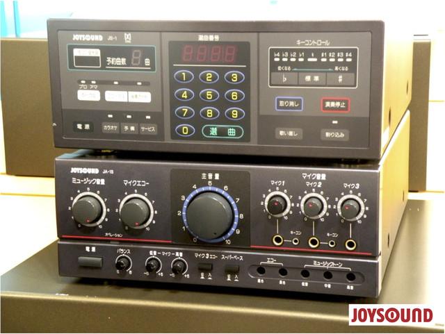 92年に発売されたJOYSOUNDの初代通信カラオケ機種JS-1。配信曲数は3100曲だった。現在は29万曲以上。(写真提供:JOYSOUND)