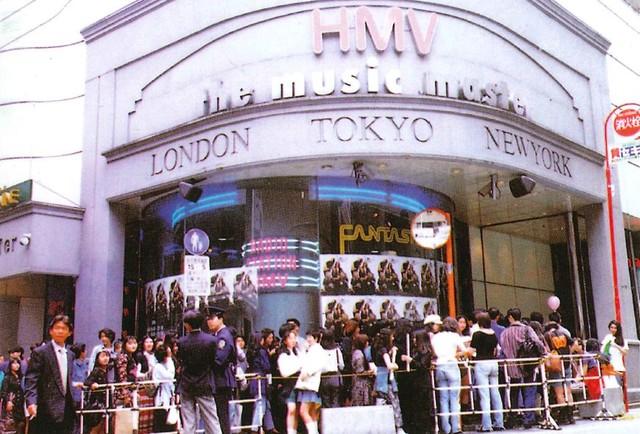 """""""渋谷系""""の発信源の1つとなったHMV渋谷店の最初の店舗。同店の特集コーナーに置かれた作品が、のちにそう呼ばれるようになった。98年にセンター街へ移転するも2010年に閉店。15年からは渋谷モディ(旧マルイシティ渋谷)で営業している。"""