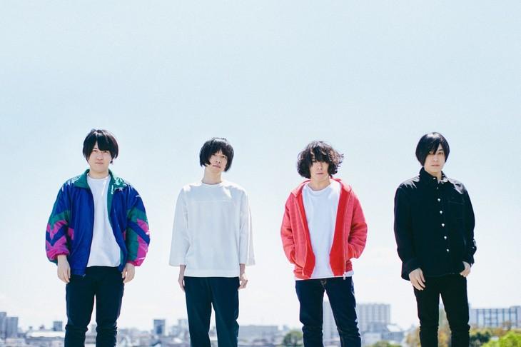 KANA-BOON。左から2番目が飯田祐馬(B, Cho)。