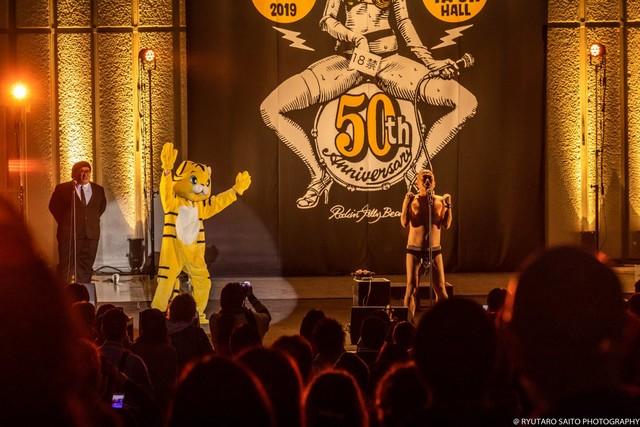 クリトリック・リスが「マリちゃんと熊のアーノルド」を歌う中、虎の着ぐるみが登場。