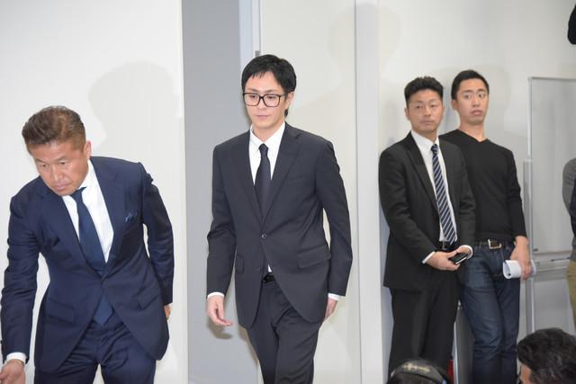 会見会場に現れた浦田直也(中央)。