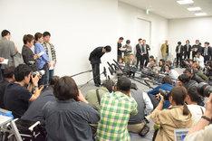 浦田直也(AAA)の謝罪会見の様子。