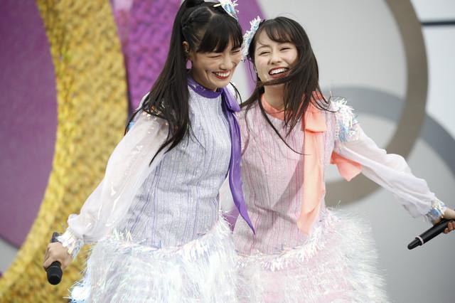 肩を寄せ合う高城れに(左)と佐々木彩夏(右)。(Photo by HAJIME KAMIIISAKA+Z)