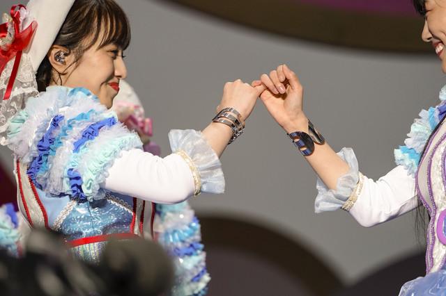 左から百田夏菜子、高城れに。(Photo by HAJIME KAMIIISAKA+Z)