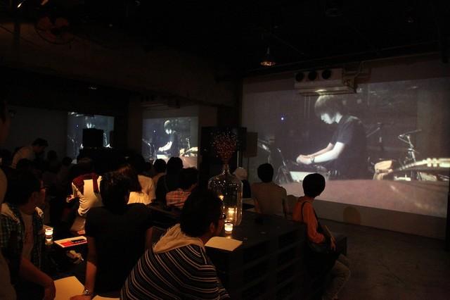 2011年6月25日に東京・Super Deluxeで開催された追悼イベント「6月のimoutoid」での記録映像上映の様子。(写真提供:赤松武子 / Craftwife)