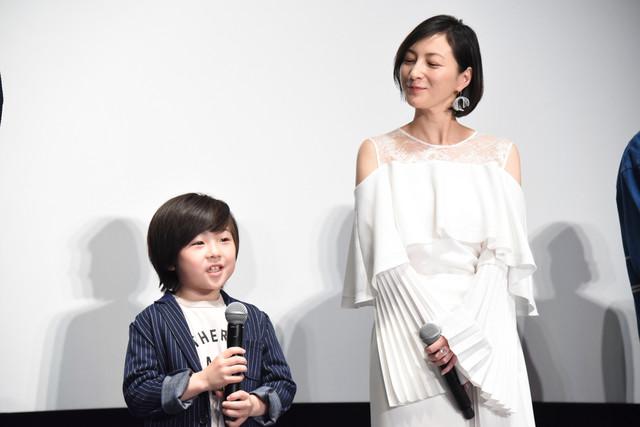 息子役を演じた潤浩(左)が話すのを笑顔で見守る広末涼子(右)。