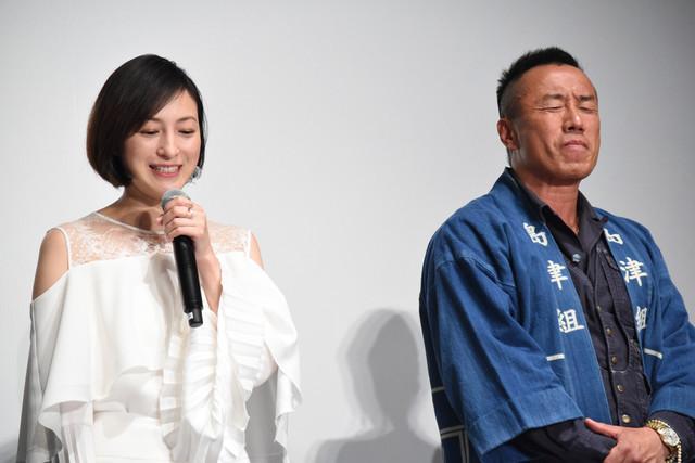 広末涼子(左)が「長渕剛の意外なところ」を語るのをその横で聞く長渕剛(右)。