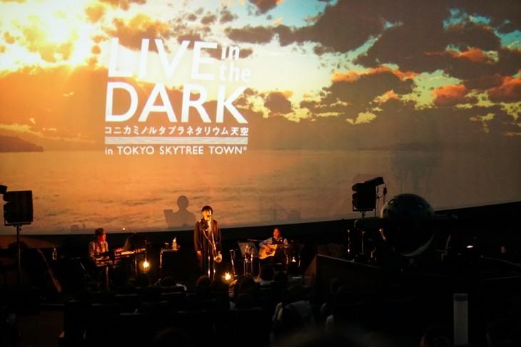 「LIVE in the DARK」4月12日公演より堂珍嘉邦のパフォーマンスシーン。