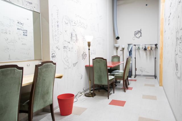 アーティストたちの落書きをそのまま残している楽屋。