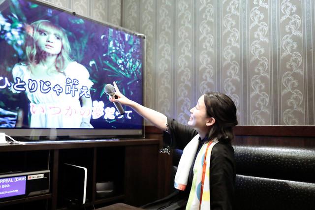 「みんなで歌おうぜー!!」「お前ら最高!」と浜崎あゆみのライブパフォーマンスを真似した。