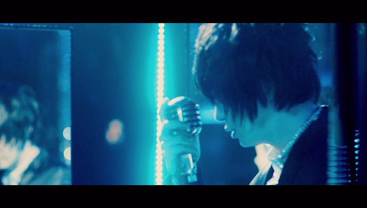 そらる「アイフェイクミー」ミュージックビデオのワンシーン。