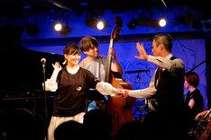 「流れ星ランデブー」では突如として西田欣主プロがステージに現れ、同曲のMVさながらに社交ダンスを披露。(撮影:ナカニシキュウ)