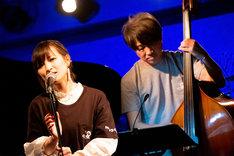 サリー久保田のウッドベースをバックに歌う星野みちる。(撮影:ナカニシキュウ)