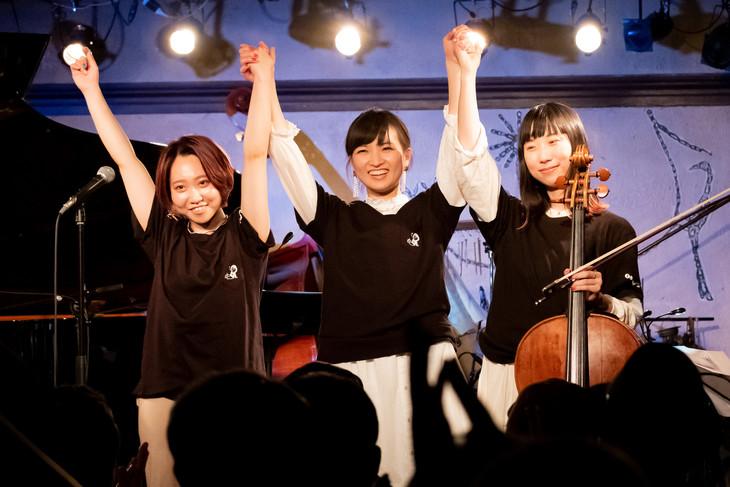 左から山下あすか(Perc)、星野みちる(Vo, Piano)、吉良都(Cello)。(撮影:ナカニシキュウ)