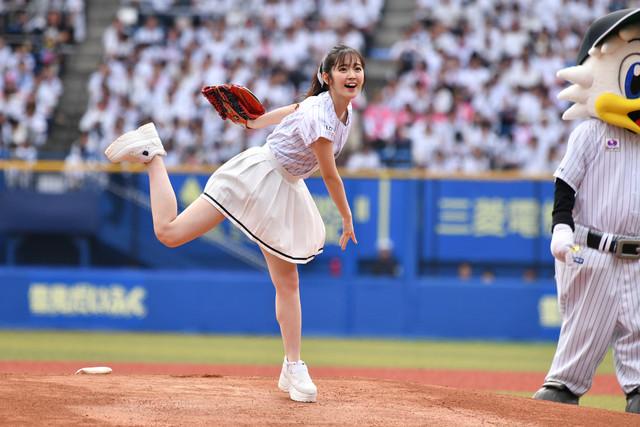 豪快にボールを投げる鈴木愛理投手。