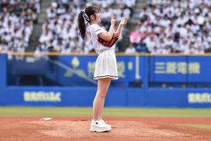 マウンド上でスシポーズを決める鈴木愛理投手。