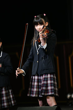 特技のバイオリンを披露する佐藤愛桜。