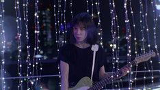 「星屑コーリング produced by Chara」ミュージックビデオのワンシーン。