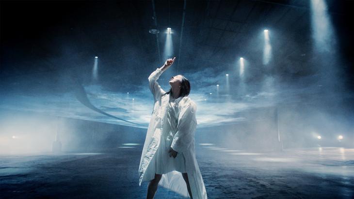 milet「Runway」ミュージックビデオのワンシーン。