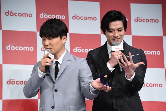 MCから画面の美しさについてを問われても絶対に画面を見ない星野源(左)としっかりと画面を見る新田真剣佑(右)。