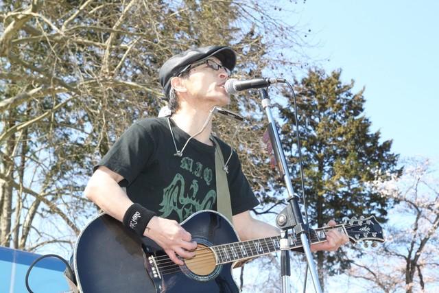 震災からわずか約1カ月後の11年4月17日、福島県で開催された「岩瀬牧場さくら祭り」で歌う遠藤ミチロウ。最後は、震災で卒業できなかった子供たちのためにと、THE STALINの「仰げば尊し」を大合唱。日本全国の祭りが自粛ムード一色になっている中で開催された祭りだった。(撮影:サラーム海上)