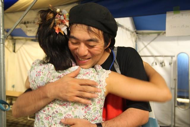 """そしてその小さな""""さくら祭り""""がきっかけとなって、11年8月15日に福島市で開催された「プロジェクトFUKUSHIMA!」へと発展していく。写真は楽屋での大友良栄。(撮影:サラーム海上)"""