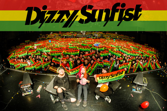 Dizzy Sunfist。中央があやぺた(Vo, G)