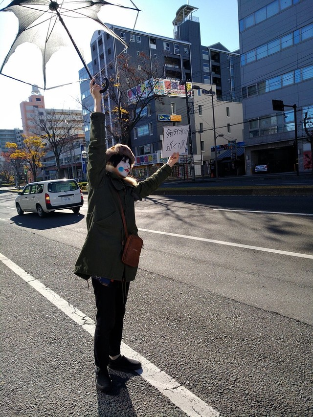 「ヒッチハイクギグ」の様子。かもめのジョナサンのサハラ(Vo, G)。(写真提供:四谷OUTBREAK!)