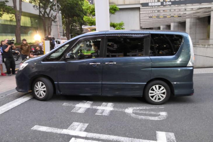 田口淳之介と共に逮捕された小嶺麗奈を乗せた車。