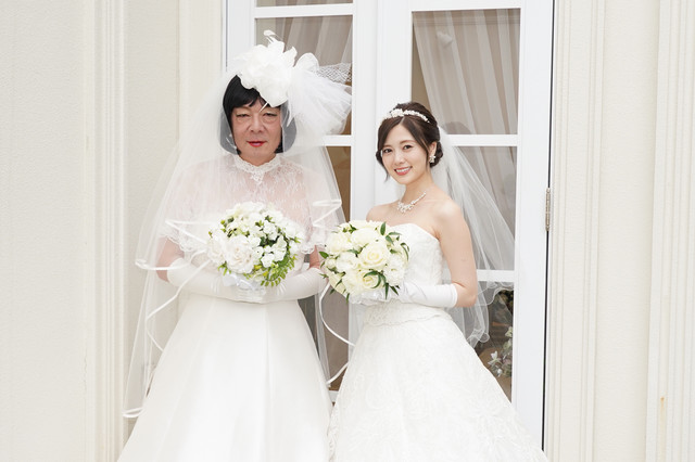 「俺のスカート、どこ行った?」第6話より、古田新太と白石麻衣(乃木坂46)。(c)日本テレビ