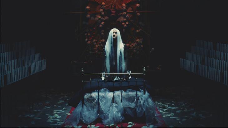 女王蜂「聖戦」ミュージックビデオのワンシーン。