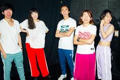 柴田聡子inFIRE。左から岡田拓郎(G)、柴田聡子(Vo, G)、イトケン(Dr)、かわいしのぶ(B)、ラミ子(Cho, Perc)。(撮影:西光祐輔)