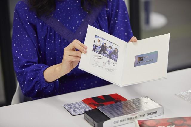 サイン入りのメッセージカードと、ファンクラブの会員カード。