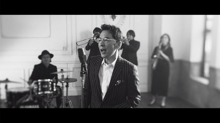 徳永英明「輝きながら…~Self-Cover Ver.~」ミュージックビデオのワンシーン。