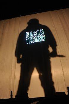 「BASIN TECHNO」オープニングのワンシーン。(写真提供:ソニー・ミュージックレーベルズ)