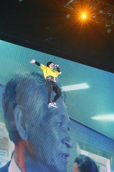 宙吊りになりながら現れた岡崎体育。(写真提供:ソニー・ミュージックレーベルズ)