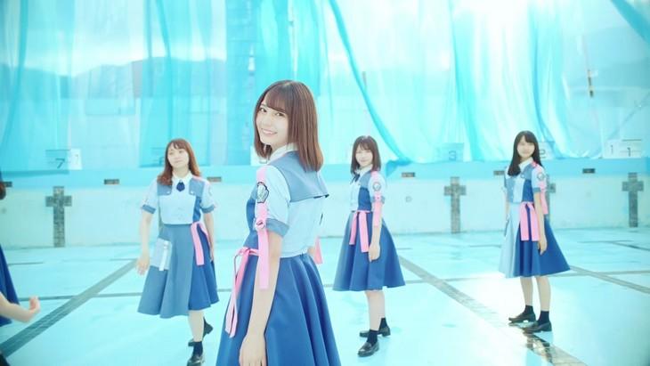 日向坂46「ドレミソラシド」MVのワンシーン。