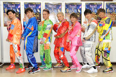 """囲み取材で""""バイーンダンス""""をするDA PUMP。左からU-YEAH、YORI、KIMI、ISSA、DAICHI、KENZO、TOMO。(写真提供:エイベックス)"""