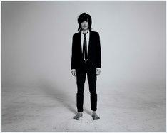 宮本浩次(エレファントカシマシ)のアーティスト写真および「昇る太陽」ジャケット写真。