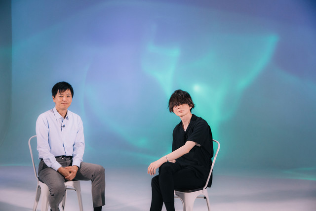左から藤田琢巳、藤原基央(BUMP OF CHICKEN)。